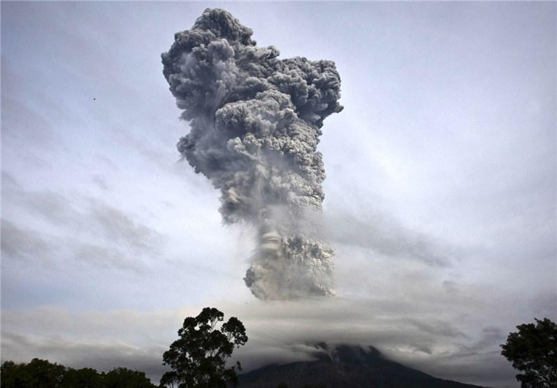 فعال شدن آتشفشان در اندونزی 100 هزار نفر را آواره کرد