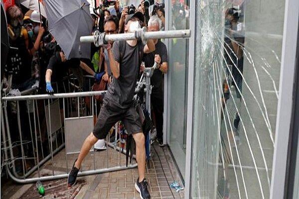 ادامه ناآرامی ها در هنگ کنگ، تخریب تجهیزات مترو توسط آشوب گران