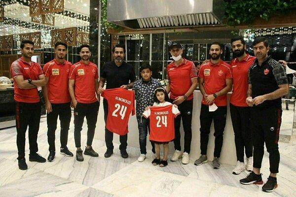 اهدای پیراهن هادی نوروزی به فرزندانش در مازندران