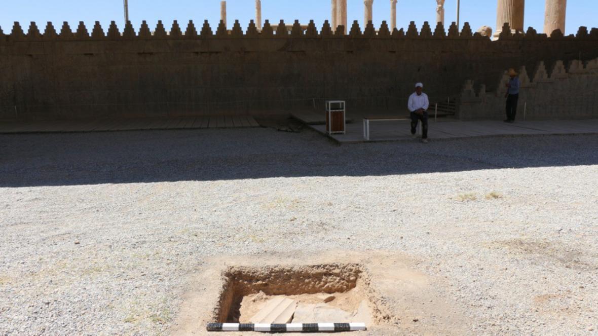 شناسایی و بازگشایی دریچه هخامنشی حیاط شرقی کاخ آپادانا ، کاوش با هدف حفاظت و ساماندهی